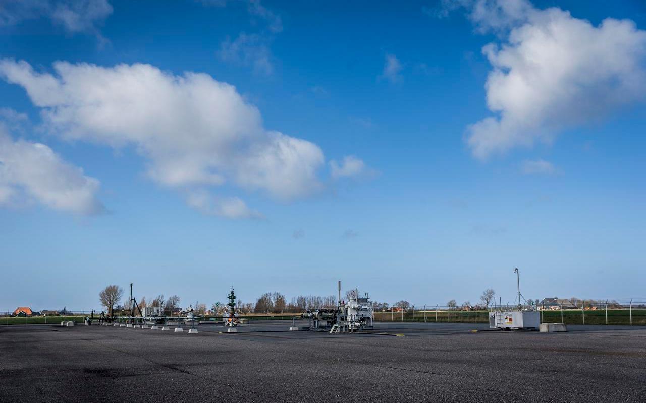 De boorlocatie van de NAM aan de Leegsterweg bij Warfstermolen (nabij Pieterzijl), waar gas wordt gewonnen door middel van fracken. Met fracken wordt water, zand en chemicaliën met hoge druk in een boorput gepompt.