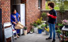 De 14-jarige Oane Marten doet boodschappen voor mevrouw Wattimena. Samen zouden ze aan het theaterproject ihkv 75 jaar vrijheid meedoen maar door de Coronacrisis gaat dit nu niet door.