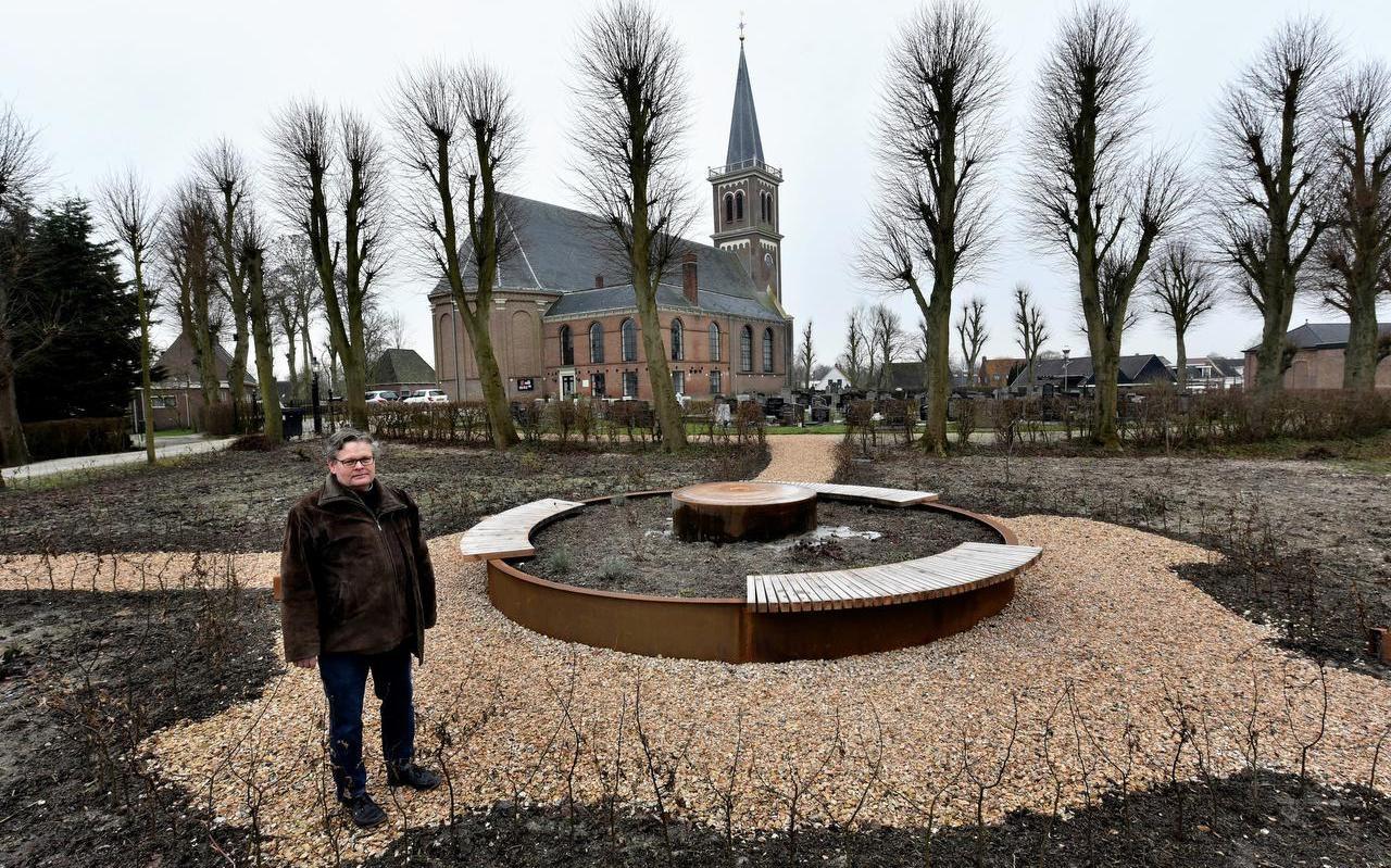 Jelmar Lautenbach in de nieuwe bezinningstuin in Menaam.