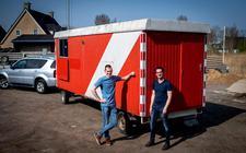 De broers Ron (links) en Wim Bijma bij de schaftkeet die ze gaan ombouwen tot mobiel fabriekje.