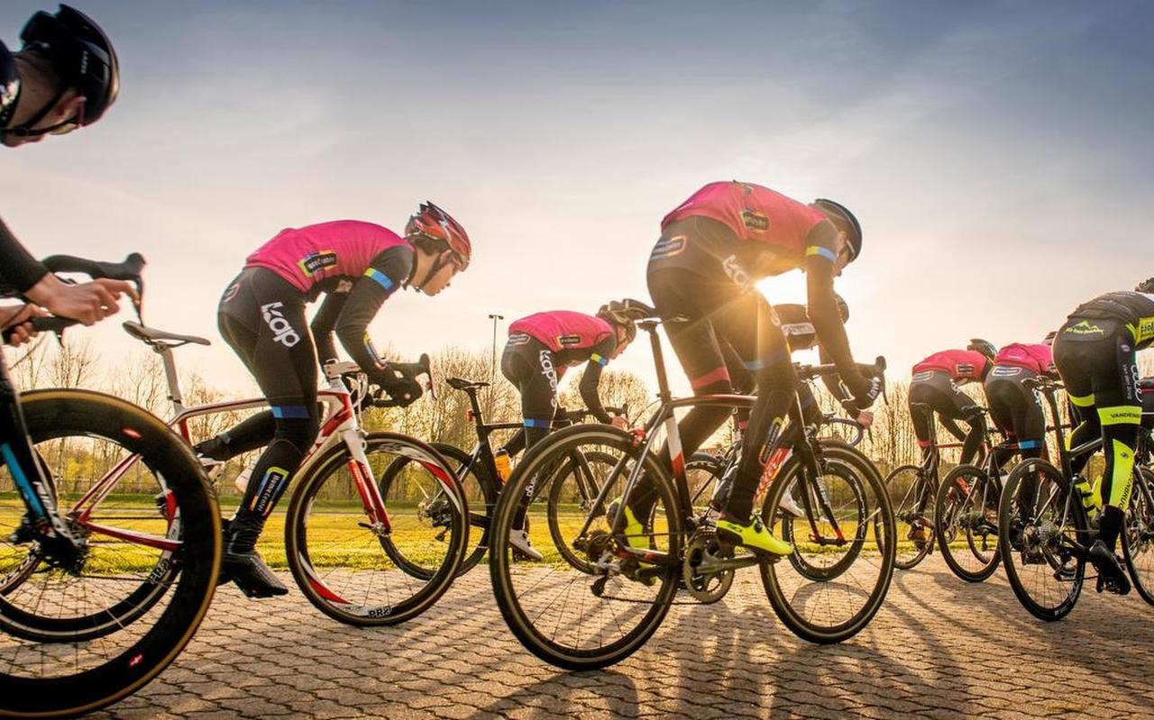 Trainende jeugd en senioren op de wielerbaan van WV Kapenga Home Center in Drachten.