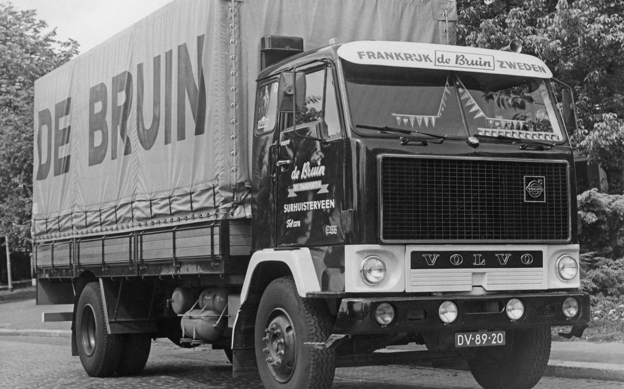 Een Volvo F88 bakwagen van De Bruin Transport, rond 1975