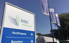 Een informatiebord bij de ingang van uitgeverij NDC mediagroep in Leeuwarden.