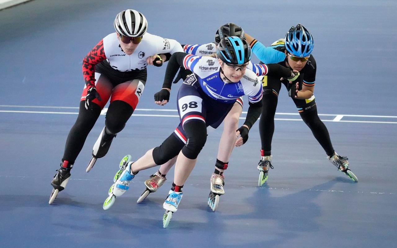 Moniek Klijnstra geeft in de finale van de 500 meter het tempo aan, links de latere winnares Elisa Dul.