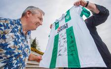 Christian de Jong met het souvenir dat hij kreeg van FC Groningen, het gesigneerde shirt.