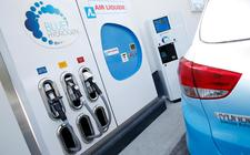Autofabrikanten kijken naar de beschikbaarheid van laadpalen. Fabrikanten van laadpalen kijken naar hoeveel elektrische auto's er zullen zijn. Dat speelt ook bij de verdere ontwikkeling van waterstof.
