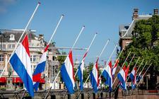 Vlaggen hangen halfstok op het Binnenhof op de dag van de Nationale Dodenherdenking.