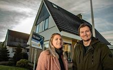 Sander Peters en Natascha van den Broek bij een huis in de J.P. Miedemalaan in Dokkum.