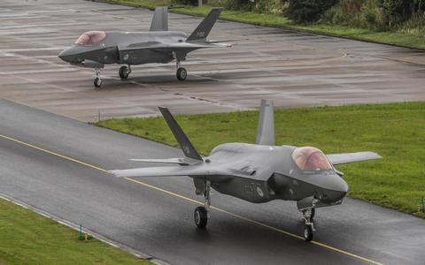 Twee nieuwe F35 gevechtsvliegtuigen arriveren op 14 juli 2020 op de vliegbasis Leeuwarden.