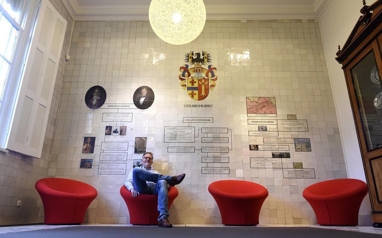Lieuwe Krol voor de stamboomwand van Tinco Lycklama, die ter ere van de expositie in zijn geboortehuis werd aangebracht.