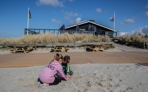Fenne en haar broertje spelen in het zand bij het strandpaviljoen Ballum.