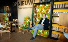 Douwe-Jan Boersma van het bedrijf Opnieuw! in Buitenpost. Het bedrijf maakt en herstelt meubilair.