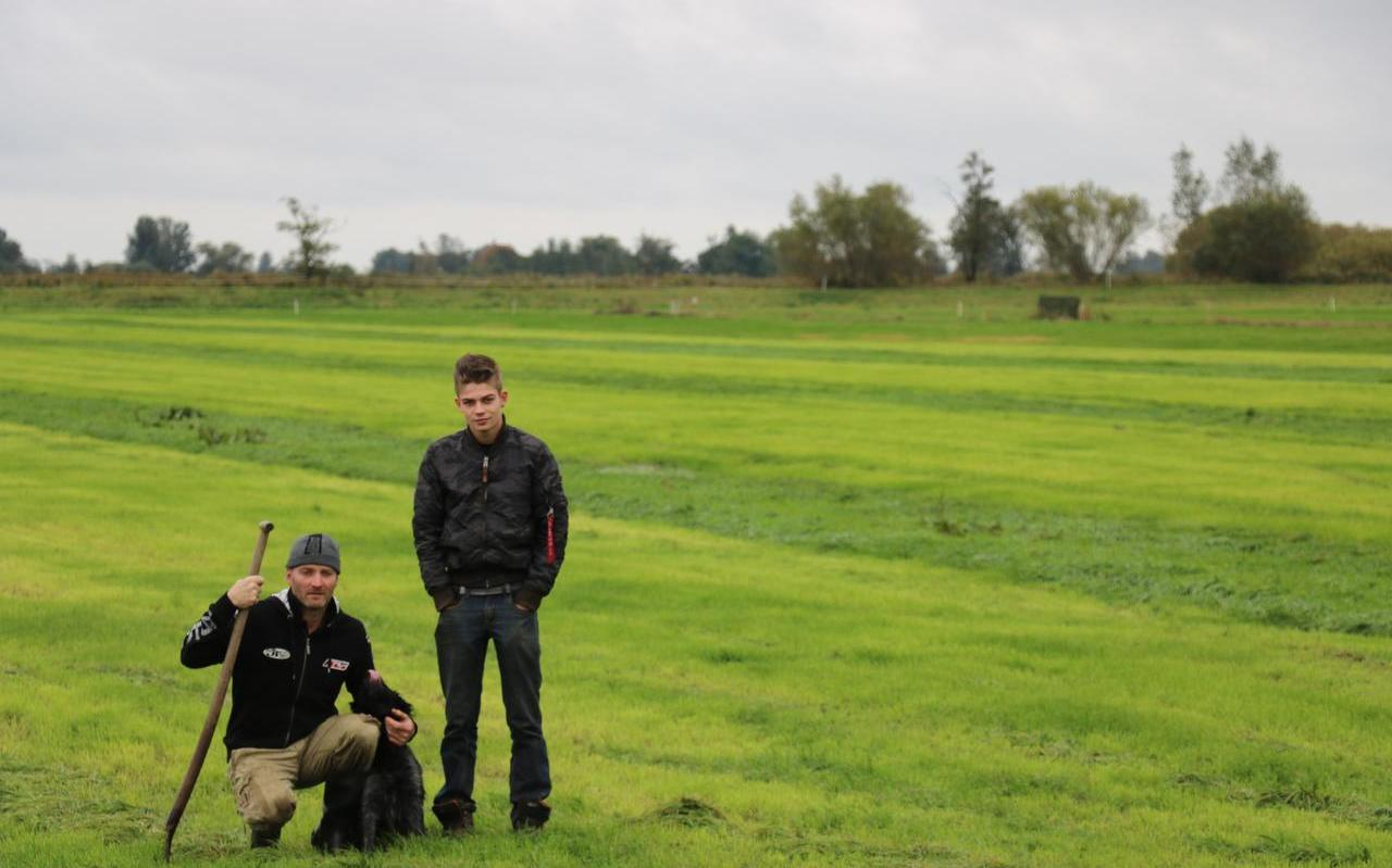 Veehouder Petrus Arendsz wil met zijn zoon als boer verder, ook als de provincie hen uit hun boerderij in De Hege Warren koopt.