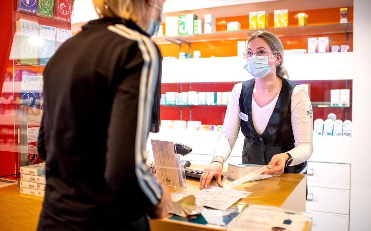 Melissa Mud van Apotheek De Wiken en Drachten geeft uitleg over de zelftest.