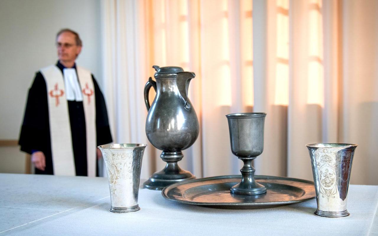 Vandaag en morgen wordt in lege kerken Avondmaal gevierd, zoals in de Sint Piter in Ureterp door ds. Jak Verwaal.