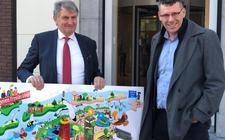 FMF directeur Hans van der Werf (rechts) overhandigde begin deze week een 'praatplaat' met de meerjarenvisie van den Milieufederatie aan gedeputeerde Douwe Hoogland.