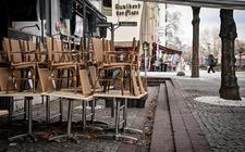 Veel landen zijn vanwege het coronavirus in lockdown gegaan. Op de foto een gesloten restaurant in het Duitse Keulen.