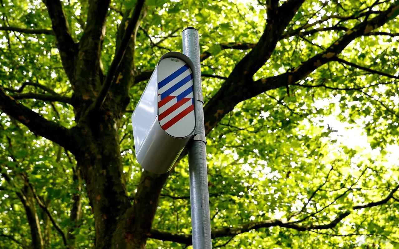Een flitspaal met een digitale camera. In Fryslân zijn veel analoge flitspalen verwijderd, zonder dat er nieuwe digitale flitspalen voor terugkwamen.