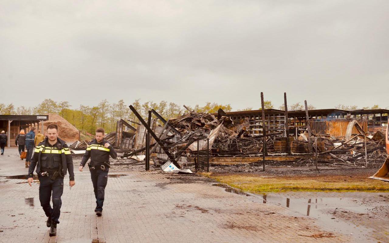 Politie doet vrijdagochtend onderzoek op de plek waar een brand de loods, winkel en het woonhuis van houthandel Van der Wal in Noardburgum volledig verwoestte.