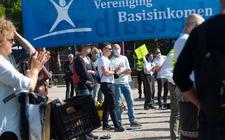 Voorstanders voor het invoeren van een basisinkomen verzamelden zich op 4 september bij een demonstratie op het Museumplein in Amsterdam.