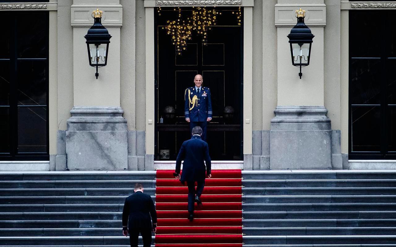 Premier Mark Rutte komt aan bij Paleis Huis ten Bosch voor een bezoek aan koning Willem-Alexander. Rutte heeft namens kabinet-Rutte III vanwege de kinderopvangtoeslagaffaire het ontslag aangeboden van alle ministers en staatssecretarissen.