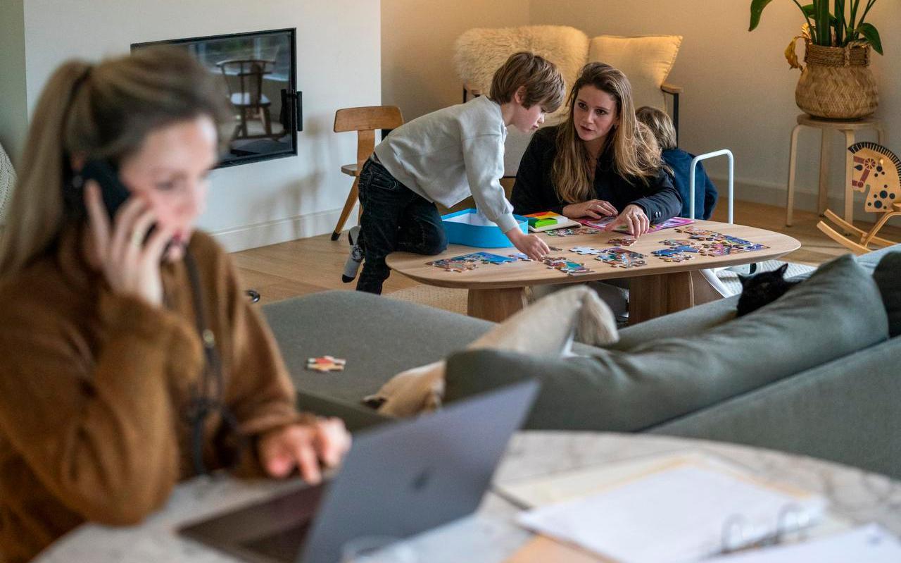 Thuisonderwijs in Breukelen. Sommige thuiswerkende ouders hebben een oppashulp ingeschakeld voor de begeleiding van de kinderen.