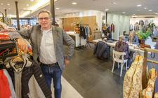 """Frits Boersma van Modehuis Boersma in Wolvega: ,,Mensen zijn blij dat ze weer in de winkel komen. Ze zien het ook als een uitje."""""""