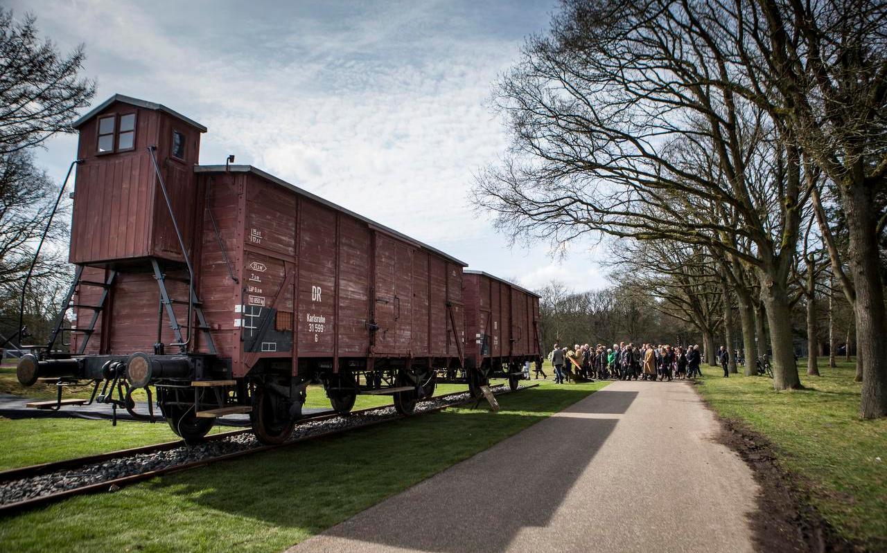 Twee goederenwagons waarmee gevangenen naar het Oosten werden vervoerd staan opgesteld in Herinneringscentrum Kamp Westerbork.
