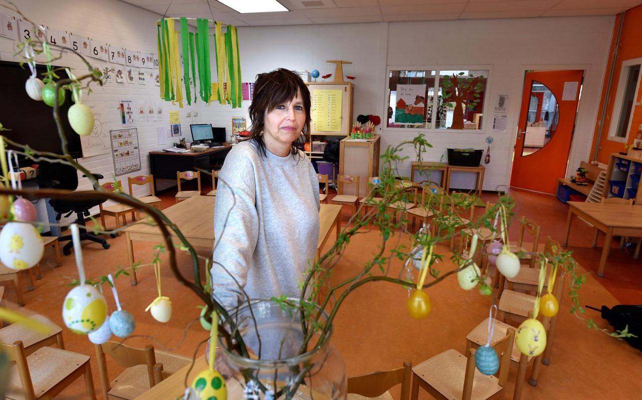 Jana Bosma in het klaslokaal van De Sprankel in Stiens.
