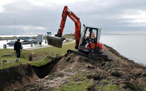 Een lang geleden dichtgestorte loopgraaf op het terrein van het Kazemattenmuseum wordt weer uitgegraven, zodat bezoekers kunnen ervaren hoe het terrein er in de mobilisatietijd bij lag.