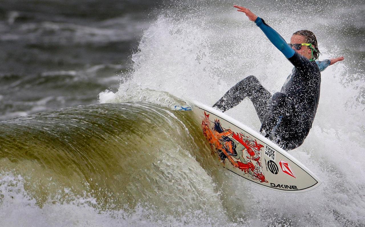 Leden van De Surfclub zijn bang dat het gemeentebestuur de surfsport nu makkelijker op allerlei plekken aan banden kan leggen.