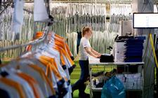 Een medewerker van Rentex aan het werk in de textielwasserij in Bolsward.