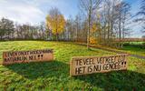 De locatie aan de Elingsloane met een protestbord. Er zijn plannen om hier bij Burgum woningen te bouwen.