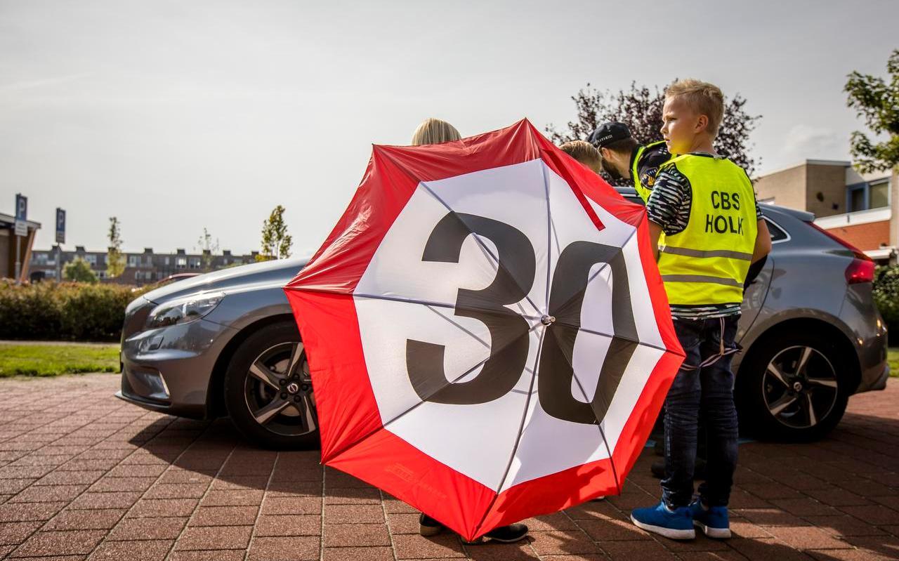 Kinderen houden een verkeerscontrole op de Europese Dag zonder Verkeersdoden. Foto: ANP