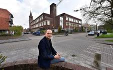 Alexander Tuinhout aan de Molenstraat 36 in Leeuwarden. Op deze plek stond voorheen de MTS. Het schoolgebouw is in de oorlog gebombardeerd. Inmiddels staat er een appartementencomplex tegenover het Vossenparkje.