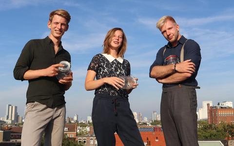 De initiatiefnemers van Onze Markt verwachten voor de zomer met eigen aardappelen in de winkel te liggen. Vanaf links: Minne Baukema, Hester Schilt en Simon Schilt.