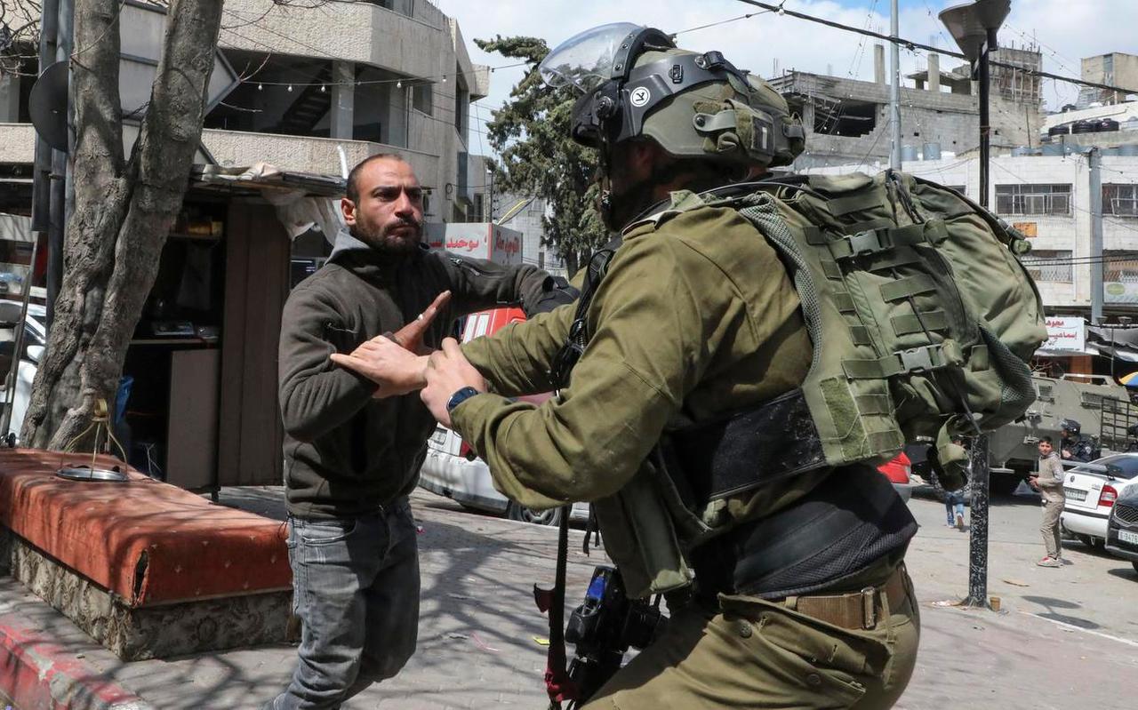 Confrontatie tussen een Israëlische grenswacht en een Palestijnse inwoner van Hebron op de Westelijke Jordaanoever.