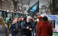 Boerenprotest voor het provinciehuis in Leeuwarden. In het midden vogelwacht Peter Dijkstra uit Bozum.