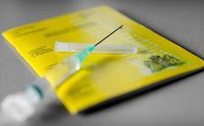 Een geel vaccinatieboekje waarin iemands vaccinaties staan geregistreerd. Het kabinet werkt aan een vaccinatiepaspoort waarmee bezoekers van evenementen straks bij de ingang kunnen laten zien dat dat zij tegen COVID-19 gevaccineerd zijn.