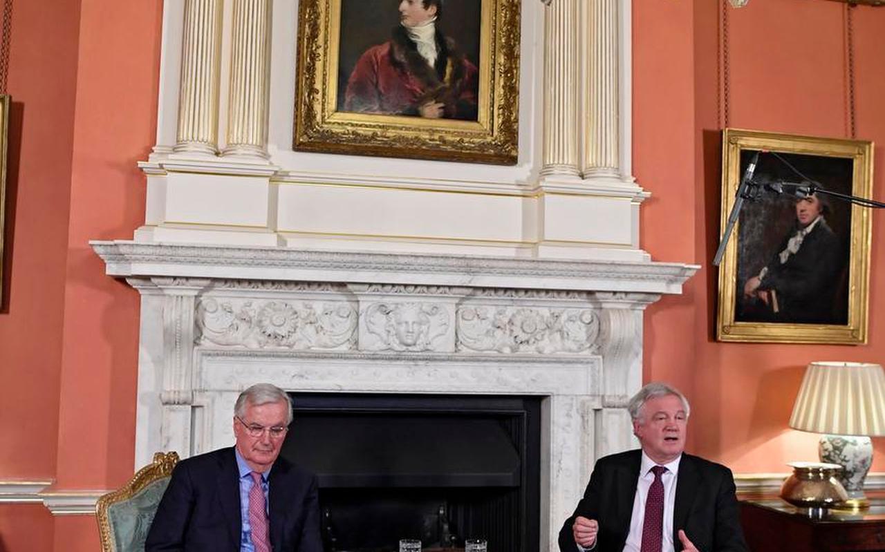 Michel Barnier (links) in 2018 met de eerste Britse brexitminister David Davies. Aardige man, oordeelt Barnier in zijn boek, maar niet op de hoogte.