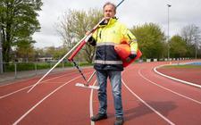 Materiaalman Jaap Meijer op de atletiekbaan van Lionitas.  Foto: Hoge Noorden/Jaap Schaaf