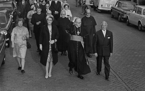 In 1967 liepen kardinaal Bernardus Alfrink en minister Marga Klompé aan het hoofd van de stille tocht voor Titus Brandsma, ter gelegenheid van zijn 25e sterfdag. Foto: ANP
