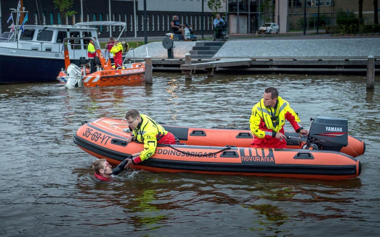 De Drachtster reddingsbrigade bij een oefening in de Drachtstervaart, enkele jaren geleden.
