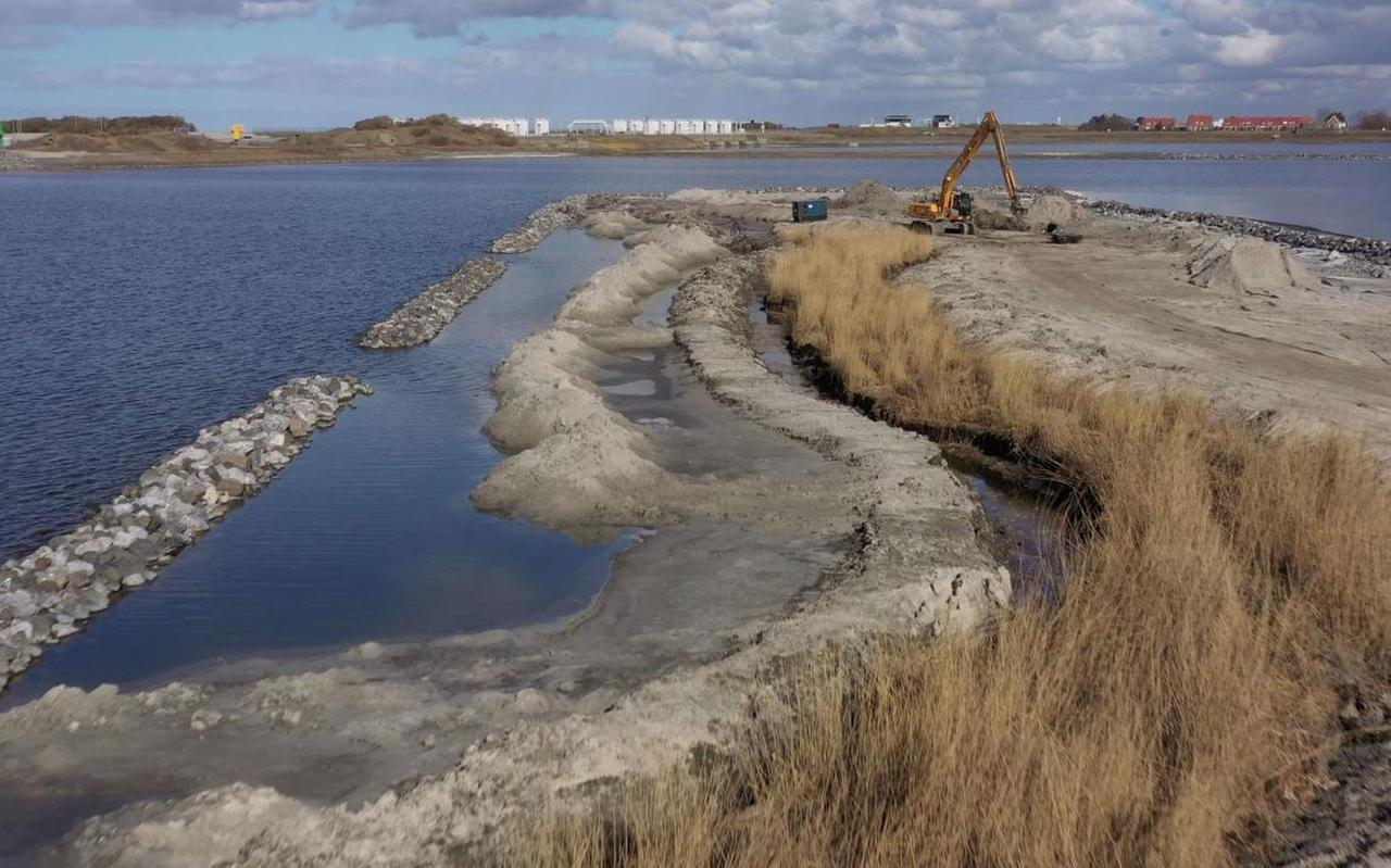In het IJsselmeer wordt een vismigratierivier aangelegd, die door de Afsluitdijk (achtergrond) gaat en het meer met de Waddenzee verbindt.