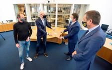 Bert Reinders van de Ondernemersvereniging Dokkum (OVD) overhandigt op het gemeentehuis een brandbrief aan burgemeester Johannes Kramer.Links staat OVD-bestuurslid Andries Terpstra, rechts wethouder Jelle Boerema.