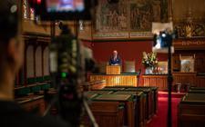 Commissaris van de Koning Arno Brok spreekt in coronatijd een lege Statenzaal toe. Het provinciebestuur heeft steeds minder te duchten van Provinciale Staten.