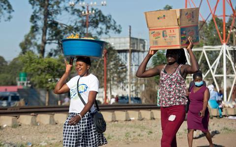 Vrouwen in Harare in Zimbabwe. In ontwikkelingslanden werken vrouwen vaak in de informele economie. Daardoor is er nauwelijks sociale bescherming in het geval van een ontslag.