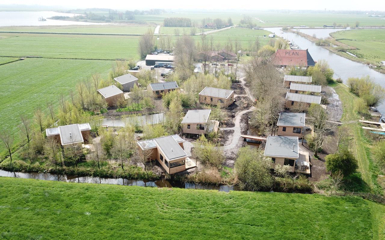De nieuwe waterlodges bij zeilschool Pean in Nes.
