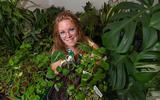 Janette Jissink temidden van de planten in haar 'plantenasiel' in Scherpenzeel.