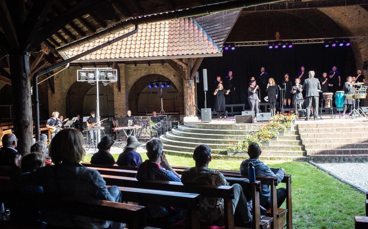 Gospelgroep Joy for People zong gisteren in de Bonifatiuskapel in Dokkum. Het was het eerste optreden sinds de corona-uitbraak.